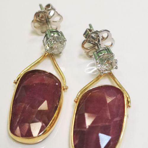 Paire de boucles d'oreilles en or rubis non chauffés et diamants Pair of yellow …