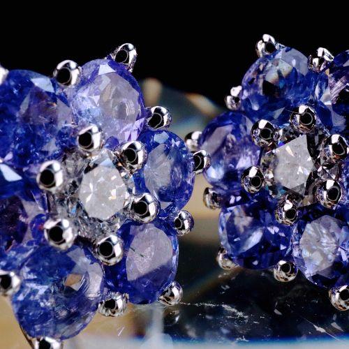 Boucles d'oreilles avec 6 Tanzanites 18k white gold earrings of 1.3cm each compo…