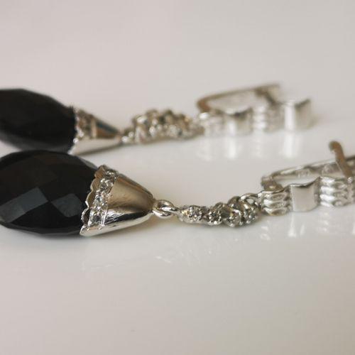 Paire de boucles en or onyx et diamants Pair of 750/1000 white gold earrings ado…