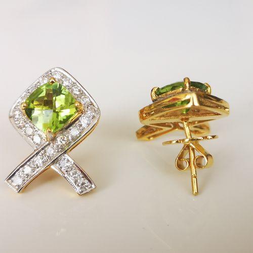 Paire de boucles d'oreilles en or jaune, péridots et diamants Pair of earrings i…