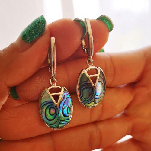 Paire de boucles d oreilles en argent agrémentée de nacre multicolore Pair of si…