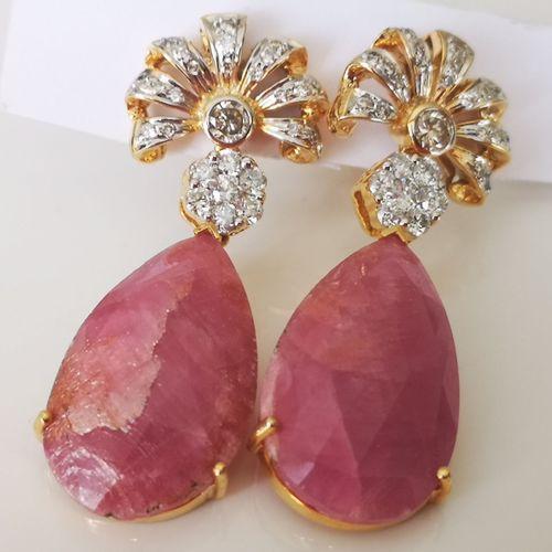 Paire de boucles en or jaune ornées de rubis non chauffés et de diamants Pair of…