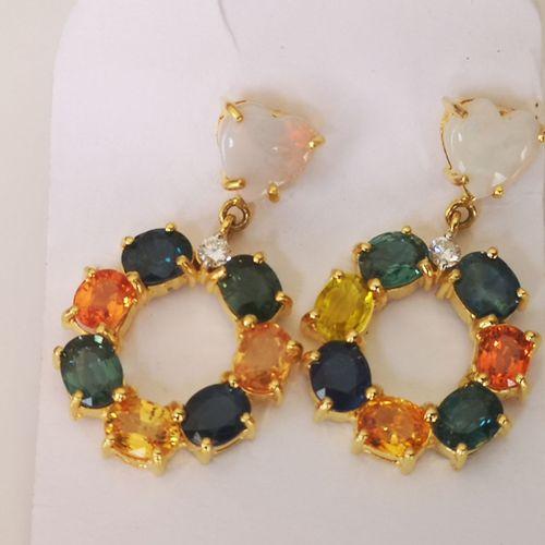 Paire de boucles d'oreilles en or saphirs multicolores et diamants Pair of yello…