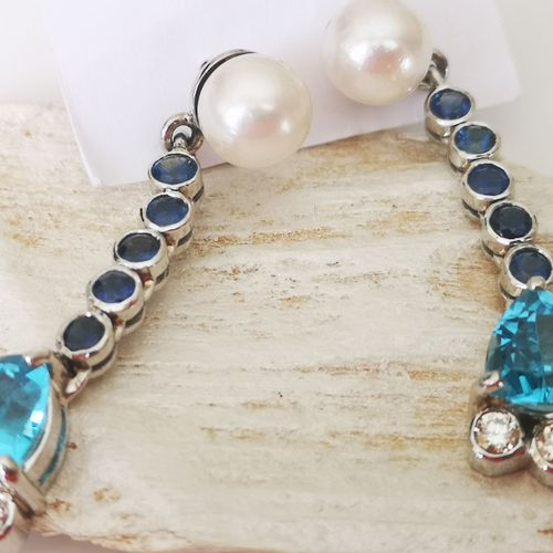 Paire de boucles d'oreilles en or gris Pair of white gold earrings adorned with …