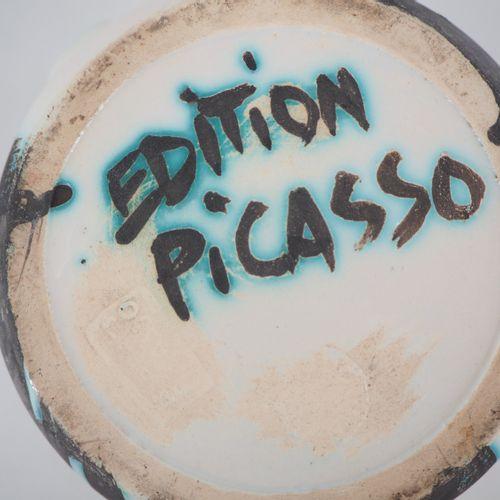 Pablo PICASSO Pablo PICASSO  Pichet Têtes, 1956  Pichet en terre de faïence blan…
