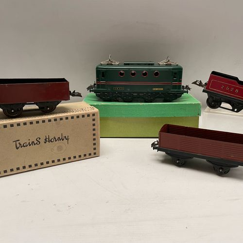 HORNBY. BB 8051 locomotive, O scale. Original box. Some trailers without boxes a…