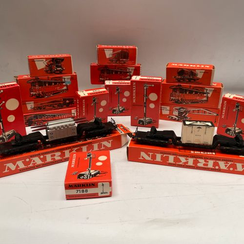 MARKLIN signaux, wagons: 17 boites. 4611 4570 x3) 7188 (x4) 4617 (x2) 4610 4575 …