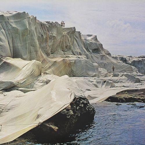 CHRISTO 克里斯托(1935 2020)(后)。   被包裹的海岸,小湾,澳大利亚,1969 1991年     1991年根据1969年的照片出版的海报…
