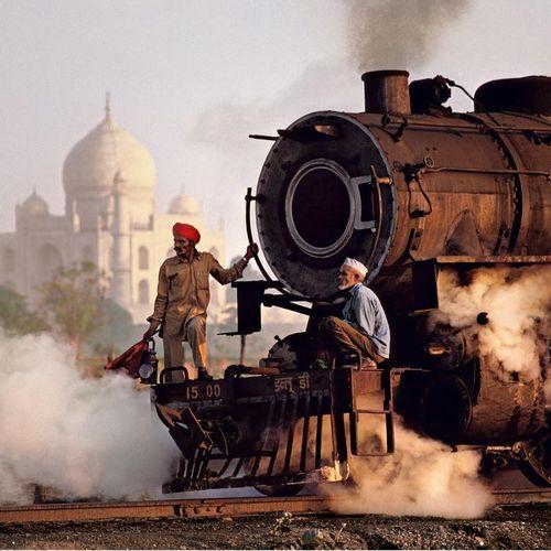 Steve McCurry Steve McCurry  泰姬和火车  打印在海报纸上  尺寸:20×24英寸/51×61厘米左右。    出售后,由于健康危机…