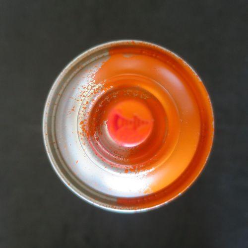 Mr. Brainwash 洗脑先生  橙色的赫斯特点罐头喷雾,2020  喷漆上的油漆  洗脑先生在盘中签名  洗脑先生的指纹和认证全息图  版本号为200 …