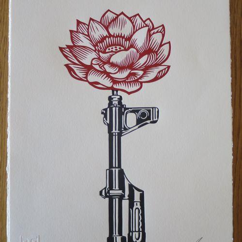 "Shepard FAIREY Shepard FAIREY (Obey)  AK 47 ""莲花"",2021年  凸版印刷  签名:Shepard Fairey …"