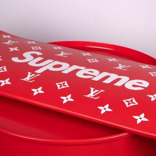 Shakeart83 抖音83  滑板至尊(红色), 2021年  雕塑  限量50份  有艺术家的签名  21 x 80厘米  这位艺术家与该品牌没有任何关系…