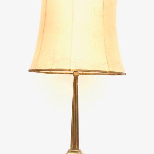 方尖碑形灯  黄铜材质,四面有凹槽,放在一个方形的模制底座上,最后有柠檬形的脚。 皮肤灯罩  19世纪末和20世纪初  H.66厘米。