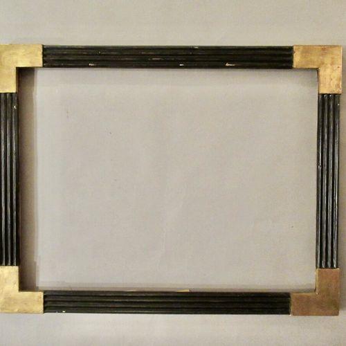 Cadre en bois mouluré, doré, noirci à profil de cannelures en relief et angles l…