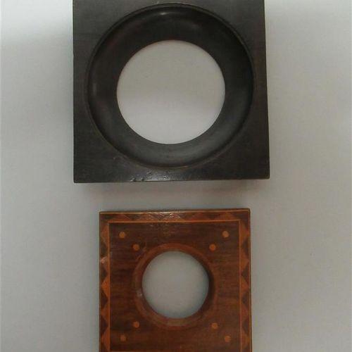 Lot de deux cadres à vue ronde, un en bois noirci monoxyle et l'autre en chêne e…