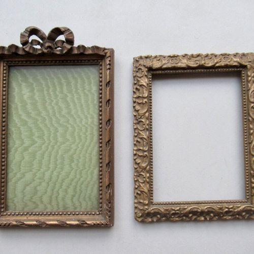 Lot de deux cadres en bois et pâte doré, un à décor de rais de perles, tiges rub…