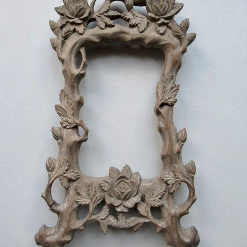 Cadre en bois monoxyle naturel sculpté à décor d'oiseaux, de branches et de rose…