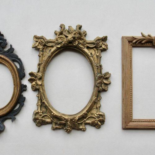 Lot de trois cadres comprenant: un en bois sculpté bronziné et noirci à vue oval…