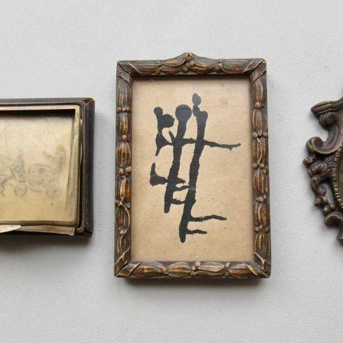 Lot comprenant:  un cadre à photo en bois et pâte anciennement doré à décor de t…