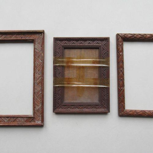Lot de trois cadres en bois naturel sculpté pour deux d'entre eux et en tiges de…