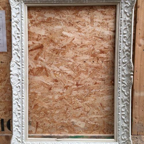 """Grand cadre en bois sculpté peint blanc dit """" Montparnasse"""" à décor néo Louis XI…"""