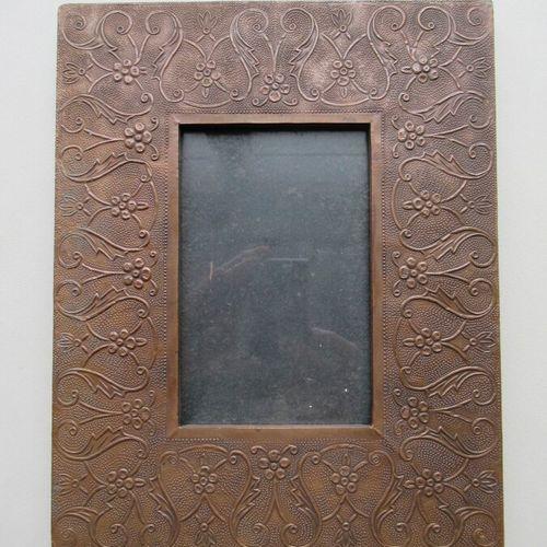 Cadre à photo en bois à profil plat recouvert d'une feuille de cuivre à décor re…
