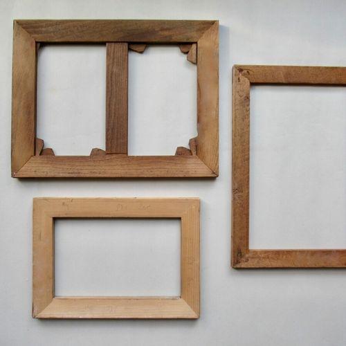 Lot de bois de chassis à tableaux en sapin  Bon état, état d'usage, clef cassée …