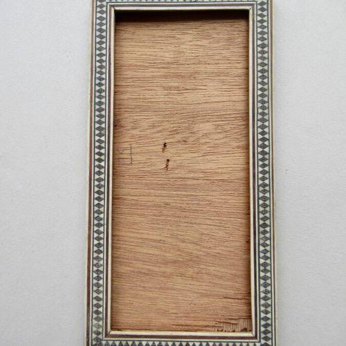 Cadre en bois à profil plat plaqué de marqueterie d'os de chameau et bois exotiq…