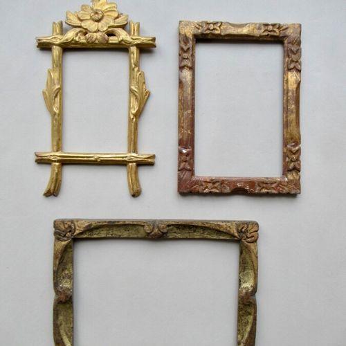 Lot de trois cadres en bois sculpté, doré à divers décor floraux stylisé  Epoque…