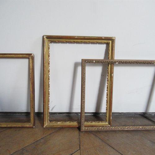 Lot de trois baguettes en bois mouluré doré, sculpté doré et bois et pâte doré. …