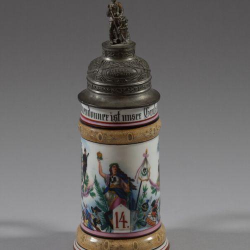 Chope de Réserviste en porcelaine polychrome à décor d'une figure allégorique, d…