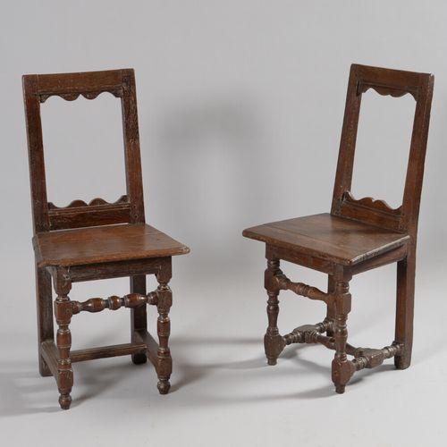 Deux chaises Lorraines en chêne à piétement tourné réuni par une entretoise.  Dé…