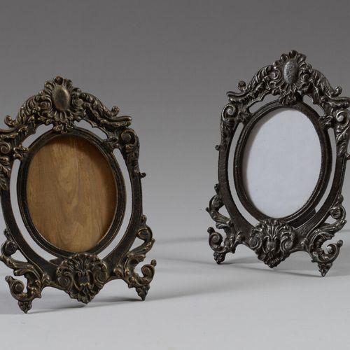 Trois cadres à photo en fonte.  L'un de style Art Nouveau  Haut. 23 et 20 cm  Ma…