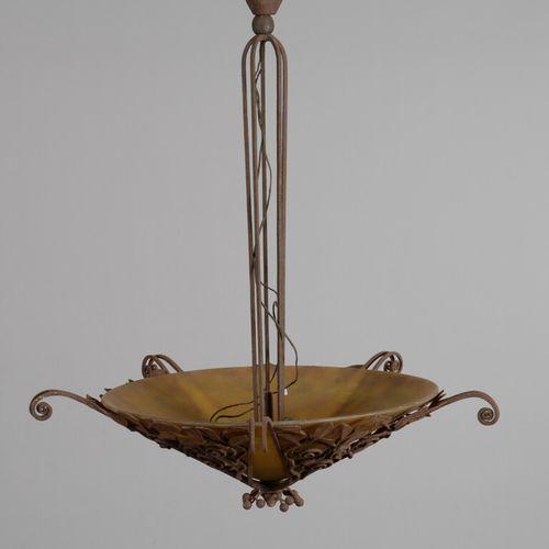 DAUM NANCY  Suspension en verre marmoréen jaune abritant cinq lumières, monture …