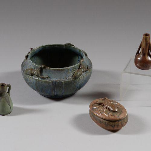 邓巴克  炻器碗,蓝绿色的釉面和贝类装饰。签名。  高度为10厘米  附有一个有盖的盒子和两个带釉的小石器花瓶。