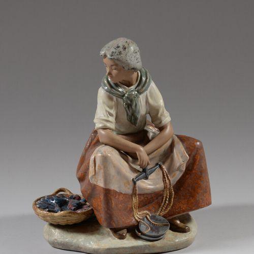 西班牙LLADRO公司  鱼贩子  釉面陶瓷主题。  高37.5厘米