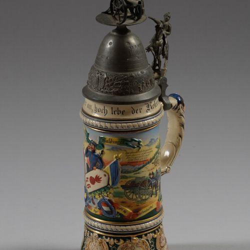 巴尔丁格后备军人杯,多色陶器,装饰有第46炮兵团的炮兵,尼德萨赫斯炮台1908 10。锡制盖子和水壶上装饰着一个骑手和两个炮手。  德国 20世纪初  高度34…