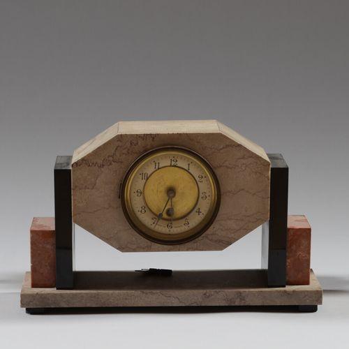 多色大理石壁炉套装,包括一个时钟和一对有脚碗。  约1930/40年  高22厘米