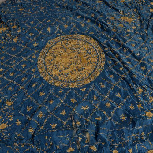 Dessus de lit en soie brodée à décor au centre d'un médaillon d'oiseaux et de fl…