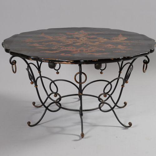 Table basse à structure en fer forgé reposant sur pieds à motifs d'enroulements …
