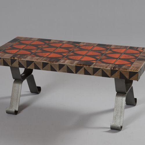 Table basse rectangulaire à plateau recouvert de carreaux de faïence émaillée or…