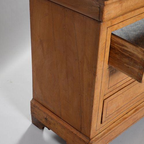 Commode en placage d'orme marqueté de filets ouvrant par quatre tiroirs dont un …