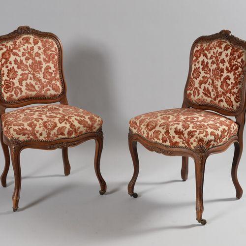 一对天然木雕贝壳和花朵的椅子,凸脚。  路易十五风格,1900年