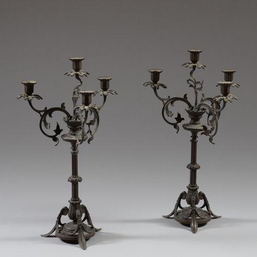 一对带叶子装饰的青铜烛台,四条光臂。  19世纪晚期  高46.5厘米