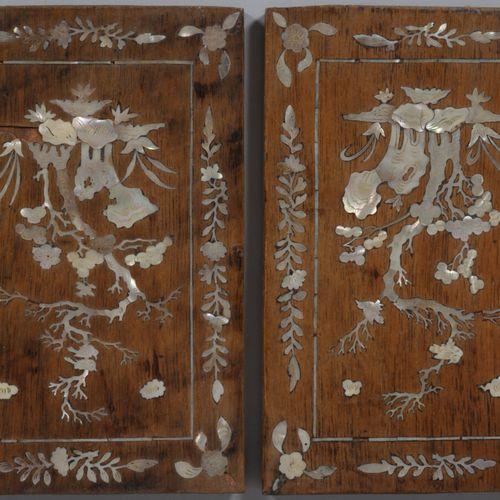 东南亚  两块木板上镶嵌着珍珠母,装饰着花草树木。  20世纪上半叶  高22厘米,宽15.5厘米  缺少的小碎片