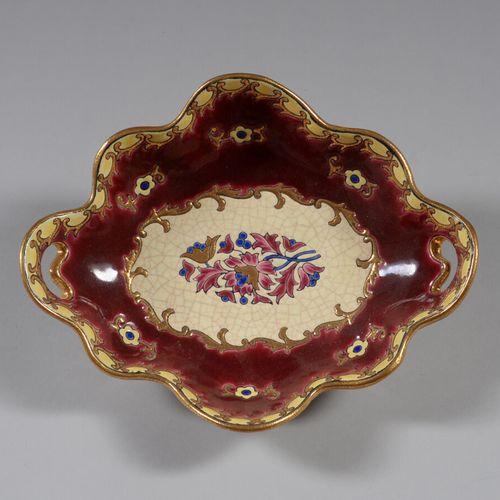 """龙威  一个有轮廓的椭圆形杯子,""""Plaisance """"模型,多色珐琅彩,酒红色背景上的花朵。  长度: 27 cm"""