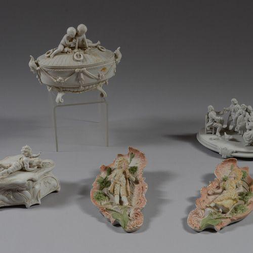 五个饼干主题,包括两个有盖盒子,一组和两个装饰盘。  19世纪末和20世纪初  高约17厘米  一块板子损坏后被重新粘在一起