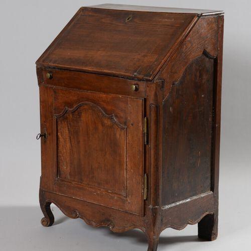 Petit bureau de pente en noyer et bois teinté ouvrant par une porte en partie ba…
