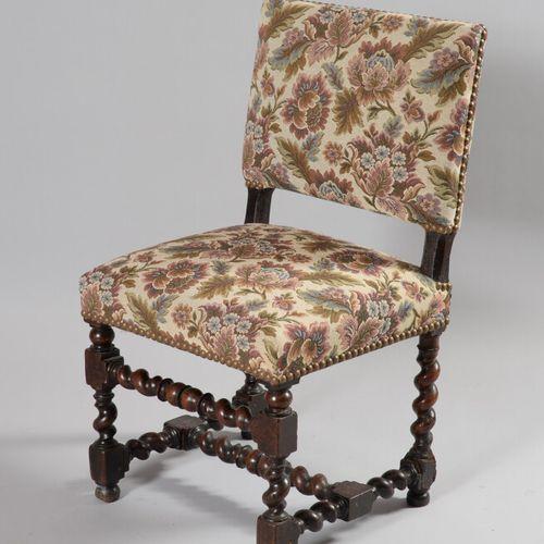 胡桃木椅子,扭曲的腿由支杆连接。  路易十三时期  腿部末端的修复和一些坑洞