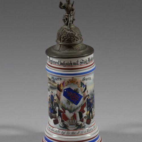 1900 1902年第117步兵团的多色瓷罐,上面有士兵和靠近火堆的营地场景。底部装饰有代表一对夫妇的石刻。锡制盖子上有一个士兵挥舞着酒壶,壶嘴是纹章狮子的形状…